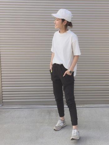 シンプルな白いTシャツとジョガーパンツは、初心者さんにおすすめのコーデ。ランニングを始めたいけれど、普通のランニングウェアに少し抵抗があるという方にもおすすめです。