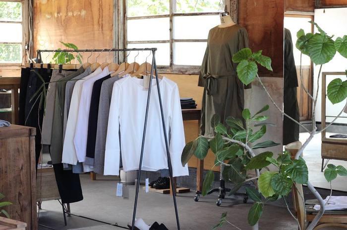 店内にはFRECKLEのお洋服をはじめ、SHOE&SEWN(シュー&ソーン)・SOLS(ソルズ)などのセレクトアイテムが並びます。