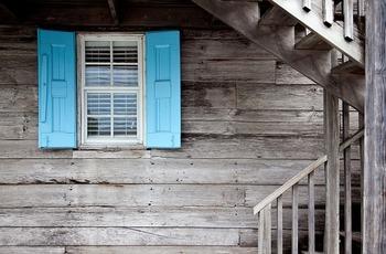 住宅ローン控除とは、マイホーム購入で住宅ローンを組んでいて、数ある条件に該当する場合に、一部を所得から控除できるものです。 マイホームを購入したいと思っている人には嬉しい控除ですね。