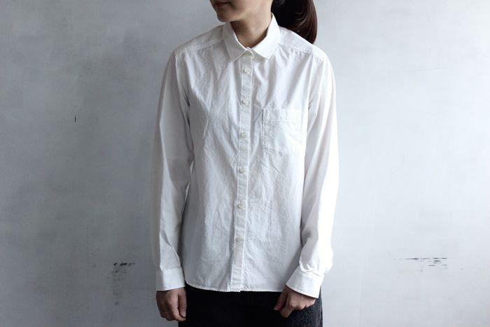 ひとつは欲しい、ロングシーズン着られるシンプルな白シャツ。しっかりとした生地感のタイプライターというテキスタイルを使用したこちらのシャツは、丈夫で軽くて着心地◎