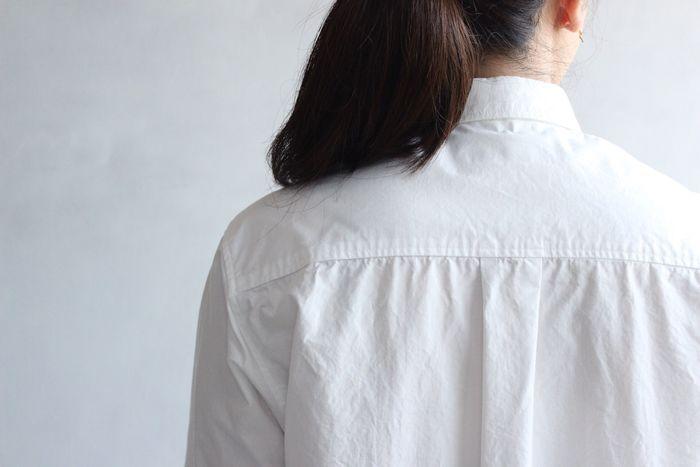 独特なシワ感がいい雰囲気。アイロンをかければパリッと綺麗に伸びるので、2通りの表情を楽しむことが出来ます。FRECKLEの定番人気のスタンダードシャツ!