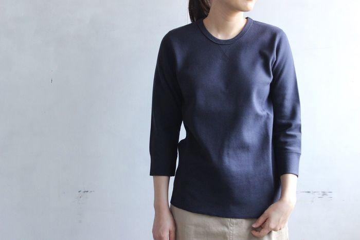 """""""Tシャツ以上スウェット未満""""の程よい生地厚カットソー。伸縮性もあるのでストレスフリーな着心地です。綺麗な編み目がきちんと感を演出。カジュアルにもキレイめにも着こなせる優秀アイテム。"""