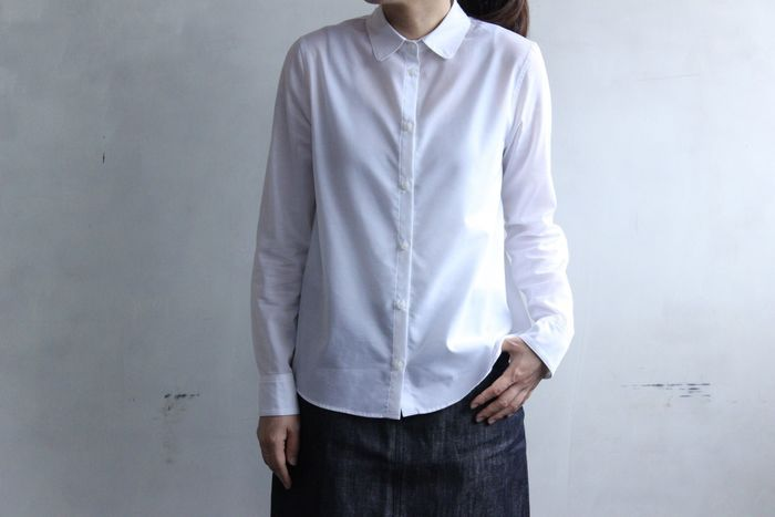 こちらは、薄手でさらりとした着心地のシャツ。襟やカフスの細かなディテールが女性らしい一枚です。