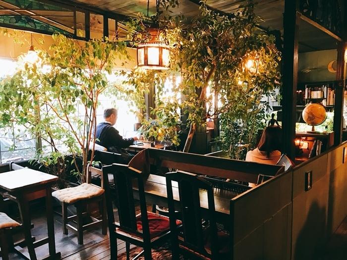 私語厳禁がルールなので、お友達同士ではなく1人でひっそり静かに訪れたい場所。カフェというより「喫茶店」という響きの方が似合うレトロな造り。
