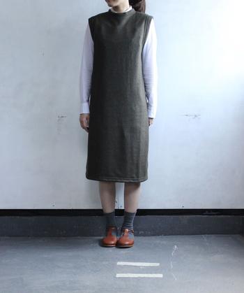 ウール混紡素材で暖かなニットワンピース。シャツやカットソーなど、合わせるアイテムによって様々なスタイルをお楽しみいただけます。ソックス×レザーシューズでおめかしスタイルのできあがりです。
