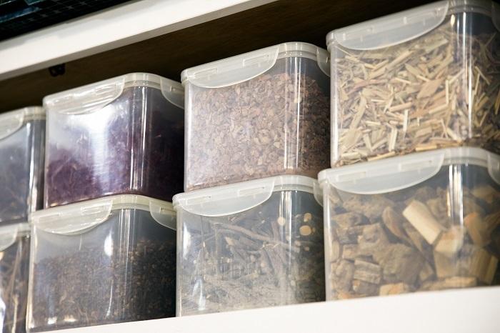 蔵前店の染め場に保管されている染料となる植物たち