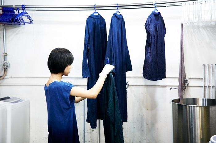 藍は、酸化すると緑から青に変化していきます。染めて、絞って、酸化させるという工程を繰り返すことで、青の色は深みが増していきます。夏に取れた藍で沈澱藍を作ってしまえば、季節に関係なく染めることができるのだとか