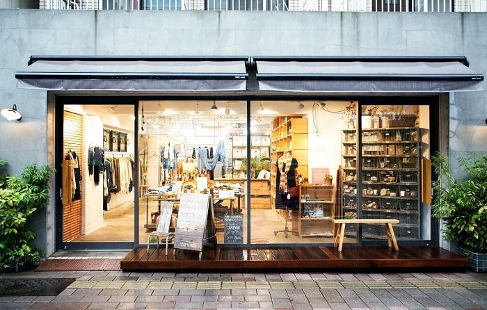 2012年にオープンした「MAITO/真糸」蔵前本店。一面ガラス張りのお店の奥には、草木染めで彩られたアイテムたちが温かみのある空間をつくりだしています