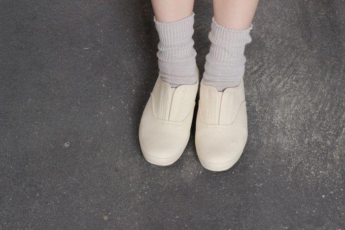 スリッポンやローカットもあります。日本人の足に合ったつくりなので、長時間履いても疲れにくくなっています。パンツにもスカートスタイルにも合わせやすいデザイン。