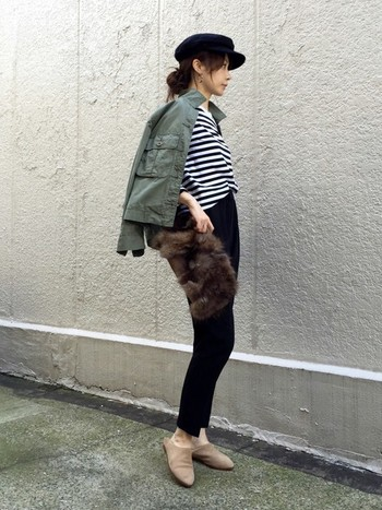 ふわふわのファーバッグは、1点投入するだけで一気に秋らしい雰囲気に。コンパクトなクラッチバッグがシンプルコーデのアクセントになっています。