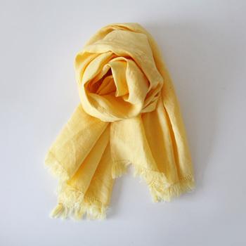 落ち込んだ時にそっとあたたかな言葉を掛けてくれる、職場の先輩。大げさなものは逆に気を遣わせてしまうから、こんなリネンのスカーフを贈りたい。毎日使えるものをさり気なく、感謝の気持ちをこめて…。
