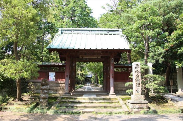 鎌倉幕府が定めた鎌倉五山のひとつである寿福寺。北条政子のお墓があるなど、非常に厳かな雰囲気のお寺です。ブランチキッチンからは徒歩6分ほどの距離にあります。