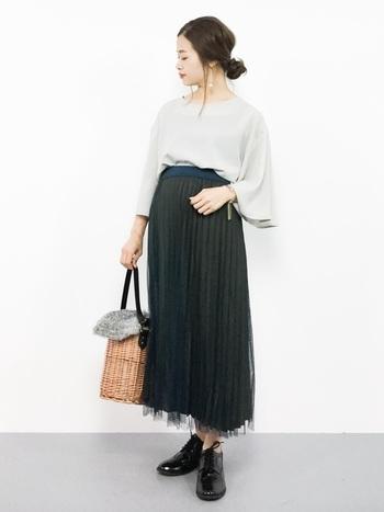 チュールと細かいプリーツが入ったスカートのレイヤードスタイル。ハイウエストでマキシ丈なので、ほとんどのお悩み体型をカバーできます。