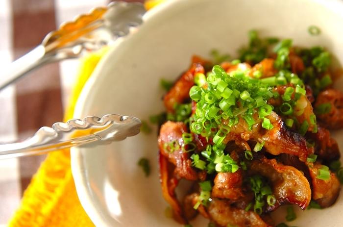 ご飯が進みそうな大人も子供も喜ぶ豚バラの生姜焼き。フライパン一つで15分でできるので忙しい夕食時にも大助かり。ネギをたっぷりかけて彩りよく仕上げましょう。