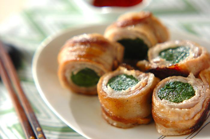 たっぷりのニラを豚バラ肉でぐるぐる巻いてこんがり焼き上げる簡単メニューはコスパも抜群。コチュジャン入りのピリ辛たれをかけて召し上がれ。