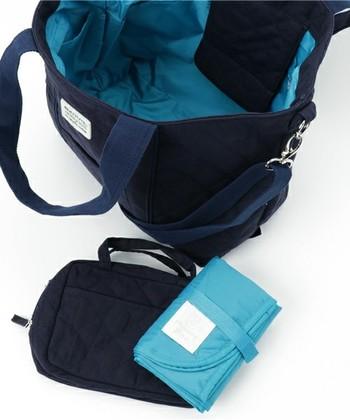 バッグとお揃いの、おむつ替えシートとポーチもセットになっているところも嬉しいですね。