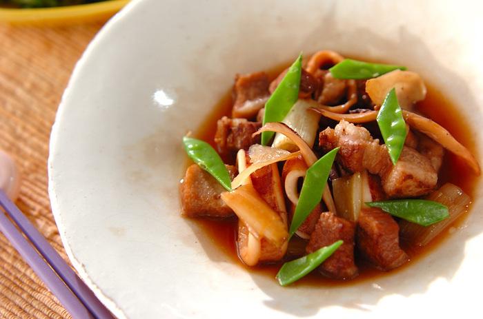 これからの季節に食べたくなる、豚バラ肉とイカの煮物。イカもコラーゲンたっぷりな食材だから美肌にWで嬉しいレシピです。ショウガを入れれば臭みも消えて、ヘルシーに美味しく頂けますよ。
