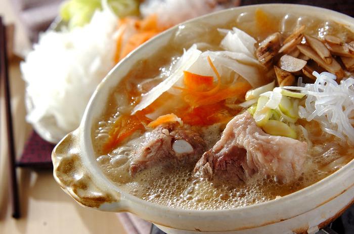 骨付きの豚バラ肉や食物繊維を豊富に含んだゴボウ、ニンジンなどのお野菜たっぷりの、みそ風味のお鍋。ボリュームたっぷりで旦那さんや彼も大満足♪