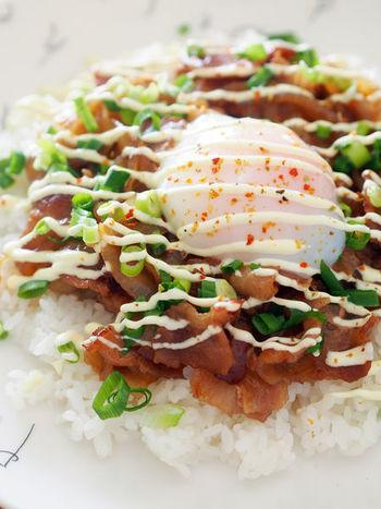 ランチ時にもぴったりな、めんつゆ&砂糖だけで味付けも簡単なスタミナ豚バラどん。甘辛ダレにトロトロ卵が相性抜群のメニューです。
