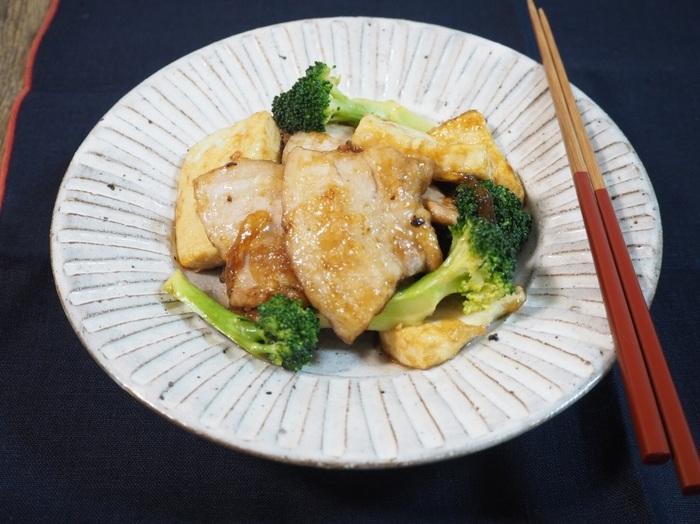 こってり美味しい豚ばらと豆腐のオイスター炒め。豚バラはサッとゆでれば気になる脂分も落とせます。お財布に優しい豆腐を使ってボリュームアップ♪