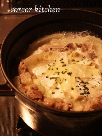 ゲストにも喜ばれそうな、豚バラと白菜のカマンベールチーズ鍋。色々な種類のビタミンやミネラルが豊富な白菜を使った、簡単おしゃれな絶品鍋でワインも進みそう!