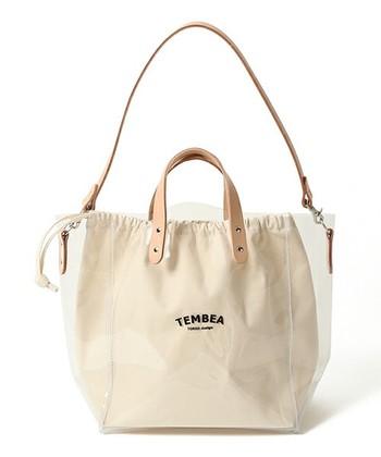 雨の日も安心なPVC素材(ポリ塩化ビニル)のバッグもすてきです。こちらは巾着のように口をしばれるところもいいですね!