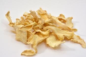 乾燥しょうがは、砂糖をからめていつでも食べられるお菓子感覚のチップスにしたり、紅茶の上に浮かべるのもおすすめ。