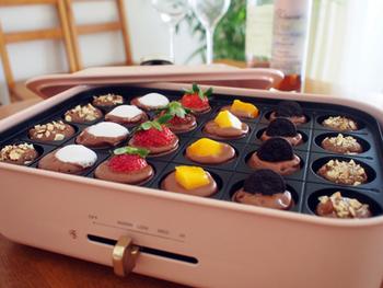 こちらはチョコレートを混ぜたホットケーキ生地にフルーツを乗せたもの。チョコレートフォンデュのような見ためがかわいい♪上からシェリー酒をかければ大人のレシピに。