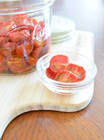 焼き具合はオーブンの機種やトマトの大きさにもよるので、頃合いを見ながら好みの加減まで水分を飛ばしましょう。セミドライトマトの場合は完全に水分が抜けた状態ではないので、冷蔵や冷凍で保存して下さい。オイル漬けにして保存すれば3ヶ月程は保存可能です。