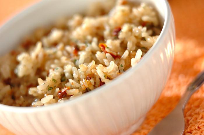 旨味の多いドライトマトは、お米との相性も抜群です。出汁として使うことで、爽やかなトマトエキスが炊き込みご飯に染み込みます。黒コショウで味を引き締めたら、パセリを添えて。