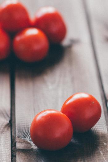 トマトは夏野菜ですが、暑さの落ち着く秋頃に採れるものは甘味を増して美味しくなります。更に干して水分を抜くことで、甘さや美味しさは更にアップしますよ! お家でドライトマトを作っておけば、調味料として色んな料理に幅広く活かすことが出来ます。以外に簡単に出来る「ドライ」の方法を知っておきましょう。