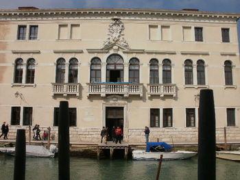 ヴェネツィアン・グラスに興味がある方は、ムラーノ島内にある「ガラス博物館」にもぜひ立ち寄ってみてください。ヴェネツィアン・グラスの歴史を学んだり、ガラス製品を購入したりすることができます。