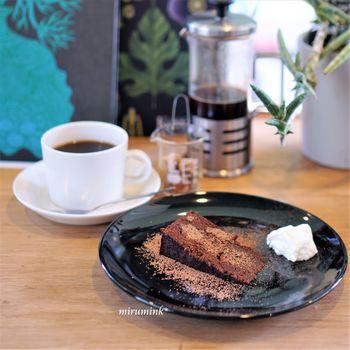 とても静かな雰囲気のカフェで、まるで素敵なお友達のおうちを訪問したような気持ちになります。たくさん歩いて疲れた体には、やはり甘いものがよく効きますね。ケーキやコーヒーもこだわりが強く、丁寧に作られているのが分かるものばかりです。