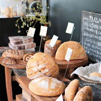 大きく焼かれたパンは量り売りでテイクアウトすることができます。パンのディスプレイもまるで美しいインテリア雑誌を見ているような気分になりますね。全部食べてみたくなってしまいます。