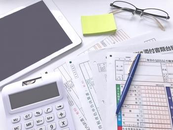 事業や不動産所得によって確定申告をする場合、確認したいのが青色申告。 そもそも、確定申告には青色申告と白色申告がありますが、青色申告の方がやや保存しておく書類が多く、より細かな会計記録が求められるのが特徴です。