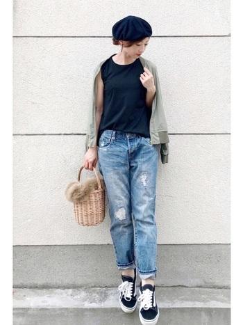 ダメージデニムとスニーカーを合わせたカジュアルコーデに、ファーつきかごバッグとベレー帽で上品な秋のエッセンスをプラス。ベレー帽は、甘辛ミックスコーデとも相性ばっちりです。