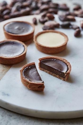 さっくりとした生地にとろけるように滑らかなチョコレートが入ったタルトは、ビターとホワイト、フォンダンの三種類があります。甘すぎないさっぱりとした美味しいチョコレートで、口に入れるとふんわりとチョコレートの良い香りが漂います。