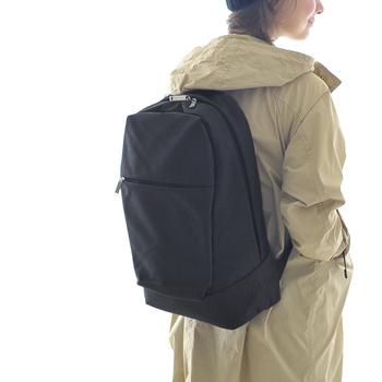 """こちらは「マリメッコ」新作コレクション""""KORTTELI(コルッテリ )""""のバックパック。シックで都会的な佇まいが魅力のバッグは使う場所を選ばないので、仕事・ショッピング・旅行など幅広いシーンで大活躍してくれます。ジップ仕様の開口部で荷物の出し入れも楽ちん。内部には仕切りポケットやPC用スリーブケースも付いて機能性もバツグンです!"""