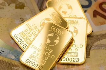 ゴールドは、預金などのように利息が発生しないものです。 金自体の価格の変動で購入価格や売り価格が変わってきます。  変動リスクはありますが、株式などと違い価値が0にならないのがポイント。株式などのリスクの高い投資と合わせて、分散投資でよく活用される投資法です。  ゴールドの他に、ゴールドとは逆の動きをすることが多いプラチナやシルバーの投資もあります。