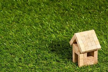 大家さんになって、不動産を貸し出すという不動産投資もあります。 物件数や管理能力によって、コンスタントに収入が得られ、老後資金にも充てられるのが特徴。  ただし、土地の価格は流動的であるのと同時に、入居者の家賃滞納や予想外の修繕費などを考えると多少のリスクがあります。利回りの相場は、3~6%ほどが目安となっています。