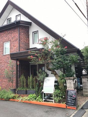 小町通りから鎌倉駅西口に出て徒歩5分ほど。とんがり屋根が可愛らしい一軒家のフレンチレストランです。お料理はもちろん、接客も非常に魅力的ということでリピーターを増やしているお店です。