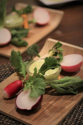 三浦野菜はカラフルでつやつやとしていて、とてもきれいです。アミューズからお皿やカトラリーも心配りがされており、美しい盛りつけに気分があがります。