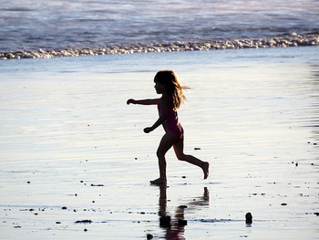 こちらはカメラの性質を上手く利用した写真。海辺の強い光の反射を受けて、女の子が黒くシルエットのようにくっきり浮かび上がって見えます。