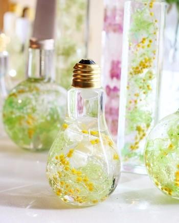電球型の瓶に、ミモザを。テラリウムならぬ、フラワリウムの美しさ。ガラスの中に、ゆらりゆらりと花々の不思議の世界が広がります♪瓶を傾けて置いたり、吊るしても可愛い。