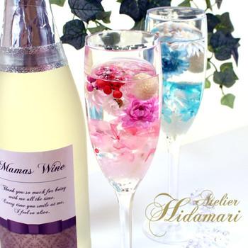シャンパングラスを瓶の代わりに、ハーバリウムを作るのもアイデアですね。カクテルをモチーフにした、おしゃれなフラワーインテリアです。
