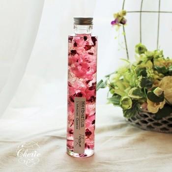 バラの花びらをいっぱい詰め込んだローズガーデン。そこに、深紅のあじさいをアクセント的にきかせたシンプル・エレガントなハーバリウム。色を対比させることで、バラの美しさがより際立っていますね♪