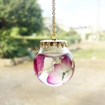 ハーバリウムは、アクセサリーにもアレンジできます。こちらは、あじさいのドライフラワーをガラスドームに閉じ込めた、おしゃれなネックレス。動くたびにゆれる花が印象的です。