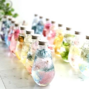 しずく型のボトルも素敵。このシリーズは、ボトルを優しく振ってお花とじゃれ合う、遊び心を大切にした作品。確かに、しずく型は、中の花材がゆれやすいのが特徴ですね。