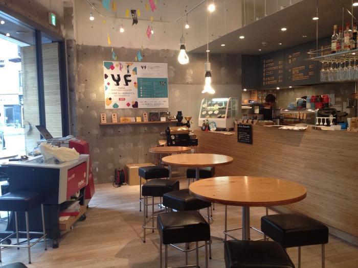 渋谷道玄坂にある有名な「ものづくりカフェ」。  お店の中では大学生風な方から会社帰りらしいビジネスマン、日本人も外国人の方も、男性も女性も、みんながものづくりを楽しんでいます。