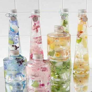 積み重ねるタイプのスタッキングボトルでハーバリウムを。横に瓶を並べるのも素敵ですが、縦に積むのはまた違った雰囲気で楽しいですね。写真のように瓶の首にチャームをつけるのもいいですね。